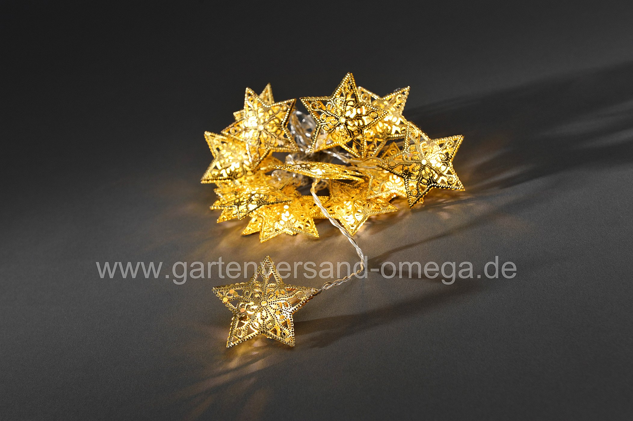 led lichterkette mit goldenen metallsternen dekoration in innenr umen sparsame lichterkette. Black Bedroom Furniture Sets. Home Design Ideas
