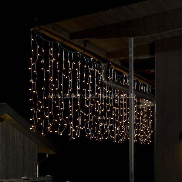 LED-Lichtervorhang mit weißen Globes