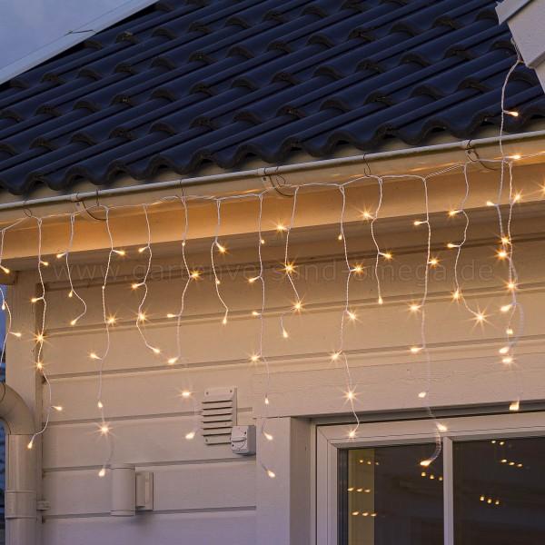LED Eisregenvorhang gefrostet Glimmereffekt - im Einsatz als Dachrinnenbeleuchtung