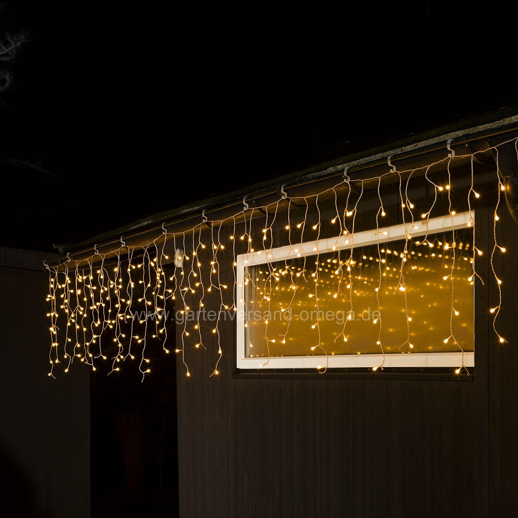 led eisregen lichtervorhang mit wei en globes. Black Bedroom Furniture Sets. Home Design Ideas