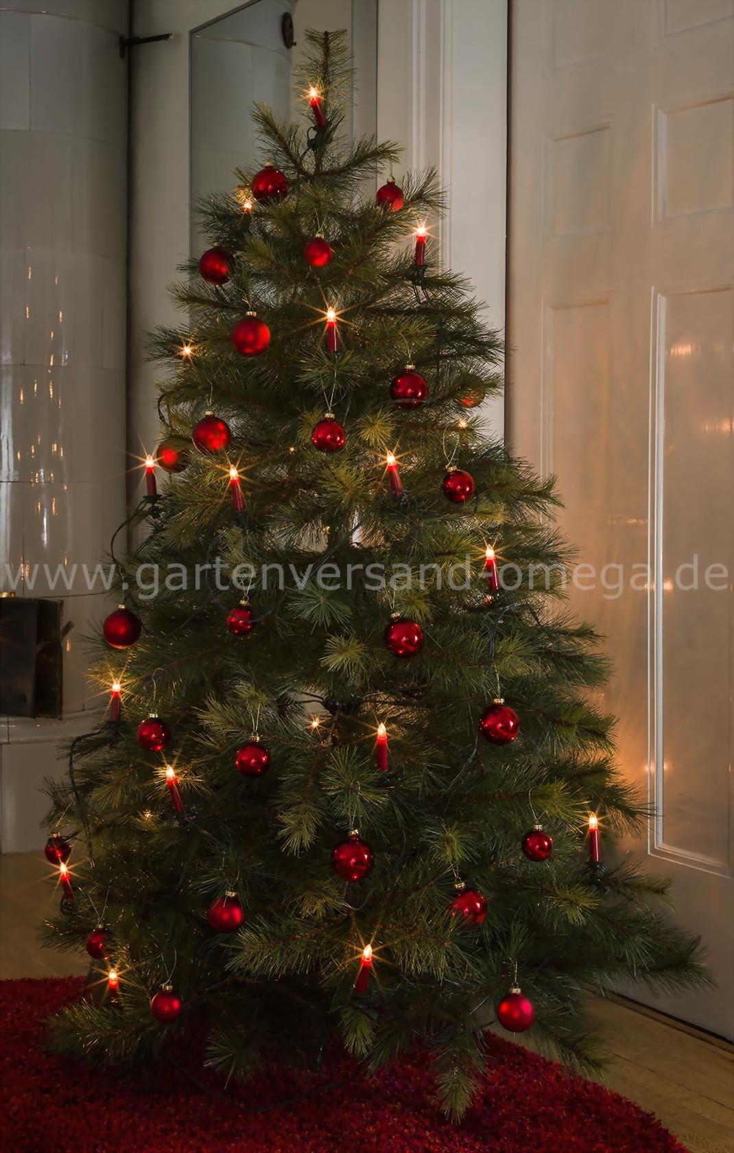 Weihnachtsbaum in rot geschmuckt